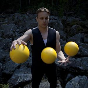 Miika Nuutinen: jonglööri-akrobaatin sirkusshowt ja -työpajat